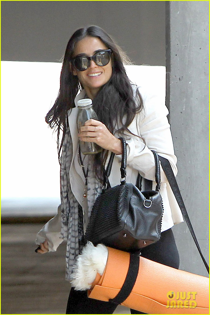 demi moore works it out at yoga 022912182