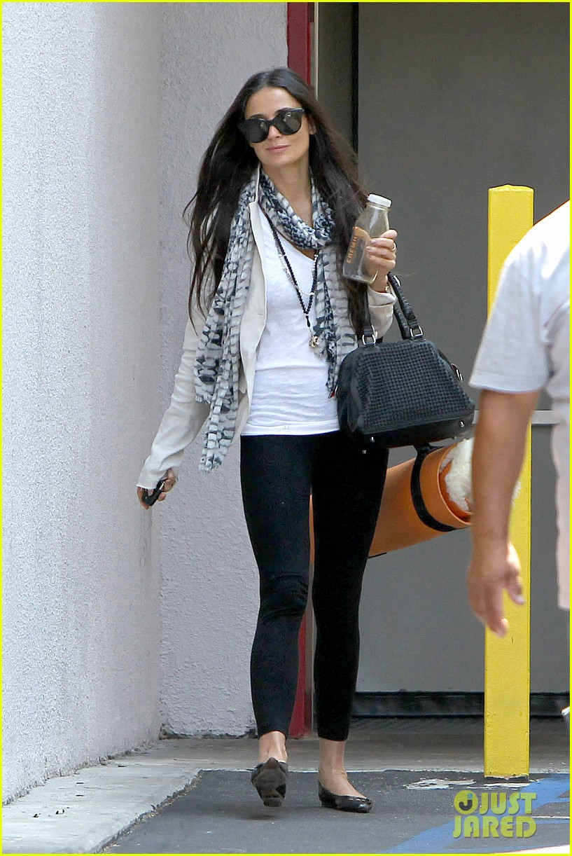 demi moore works it out at yoga 032912183