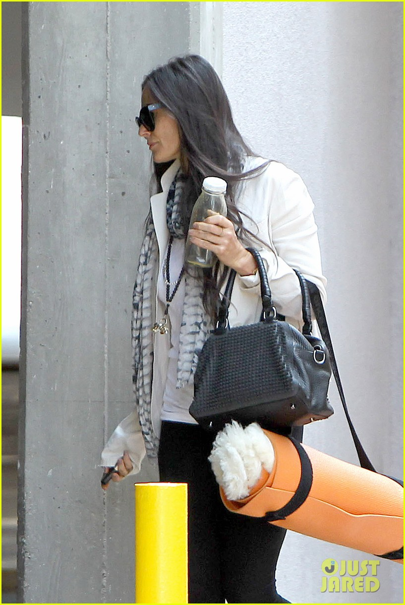 demi moore works it out at yoga 042912184