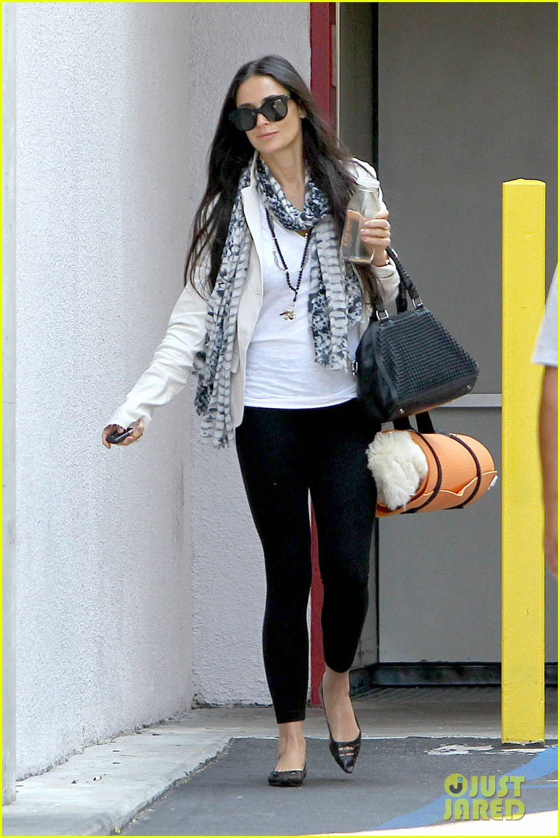 demi moore works it out at yoga 082912188