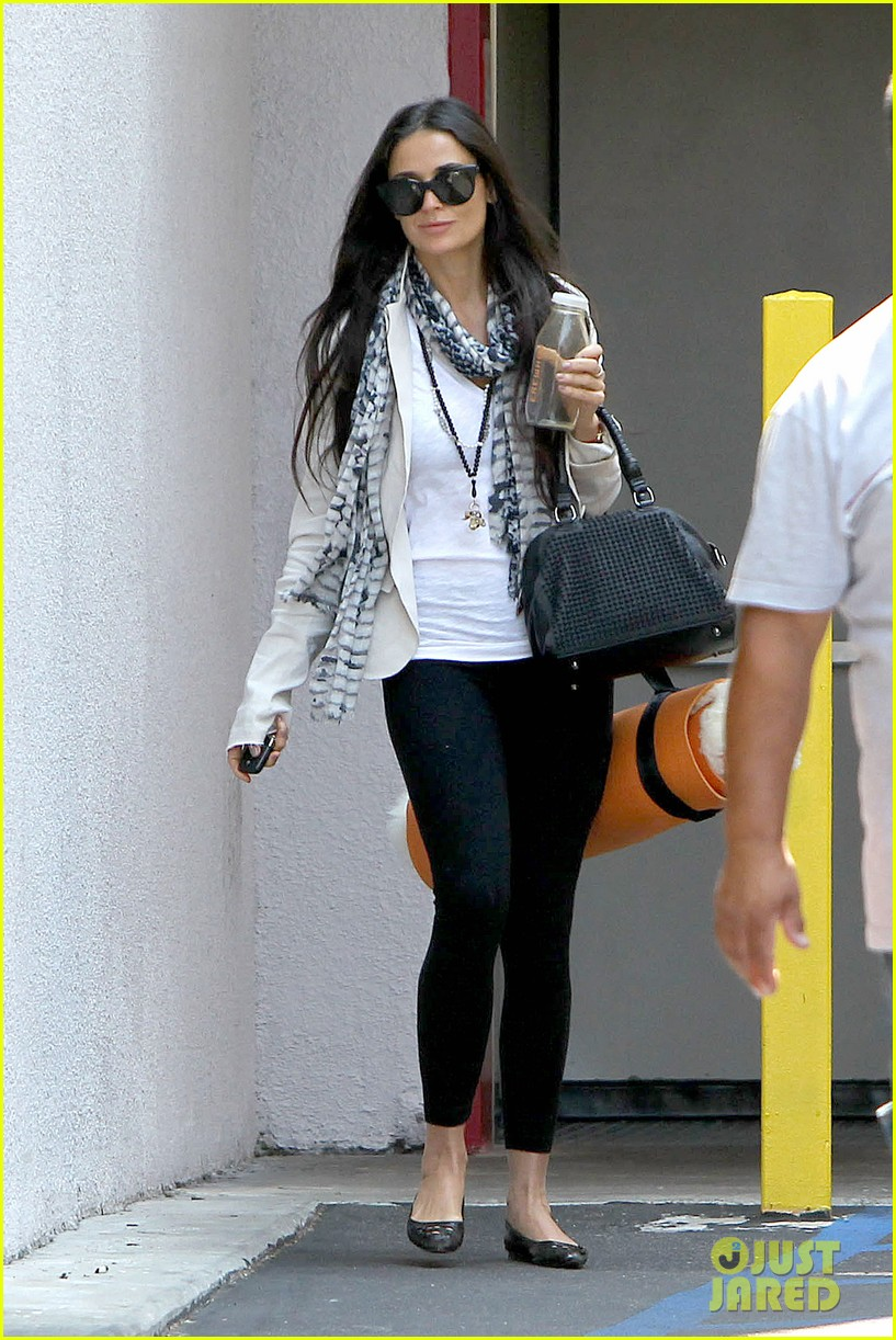 demi moore works it out at yoga 102912190