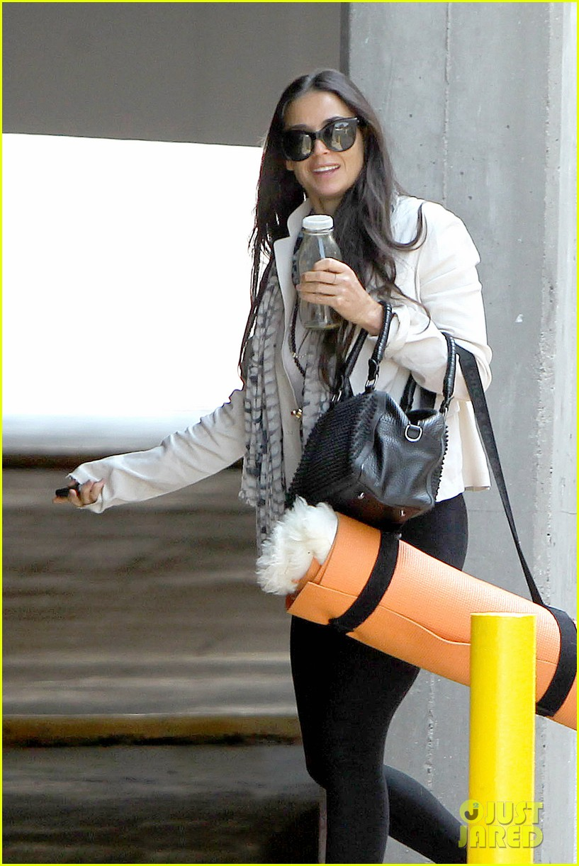 demi moore works it out at yoga 122912192
