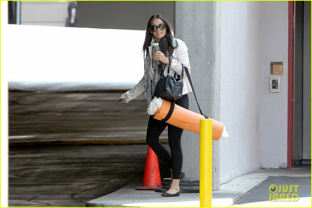 demi moore works it out at yoga 132912193