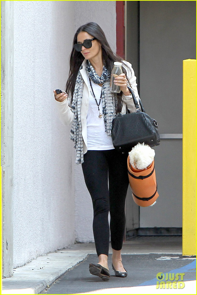 demi moore works it out at yoga 152912195