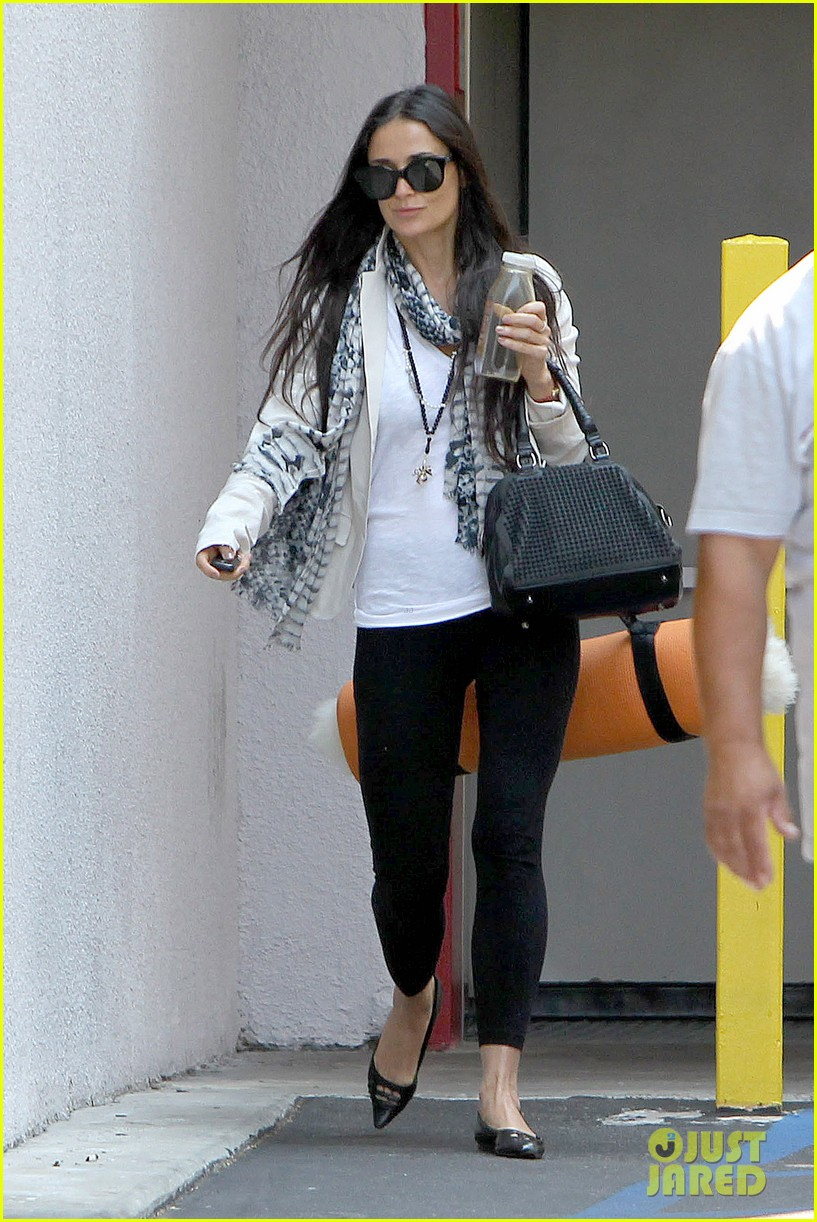 demi moore works it out at yoga 17