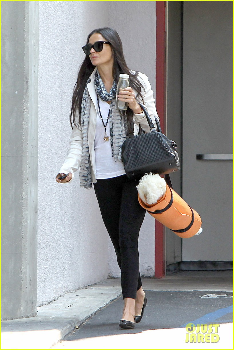 demi moore works it out at yoga 182912198