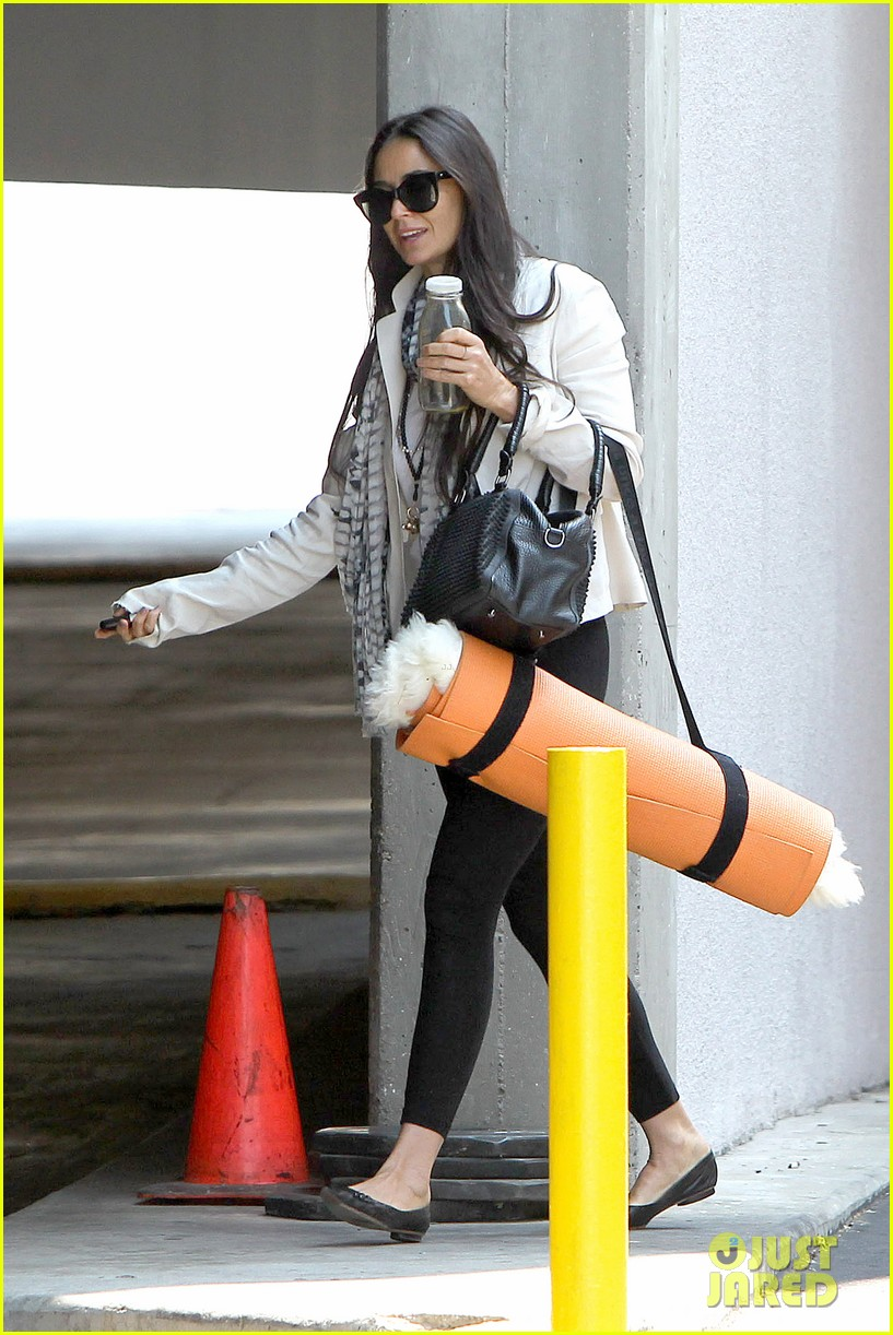 demi moore works it out at yoga 192912199