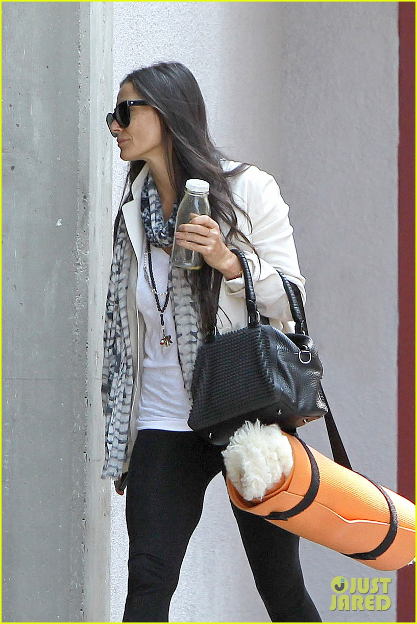 demi moore works it out at yoga 212912201