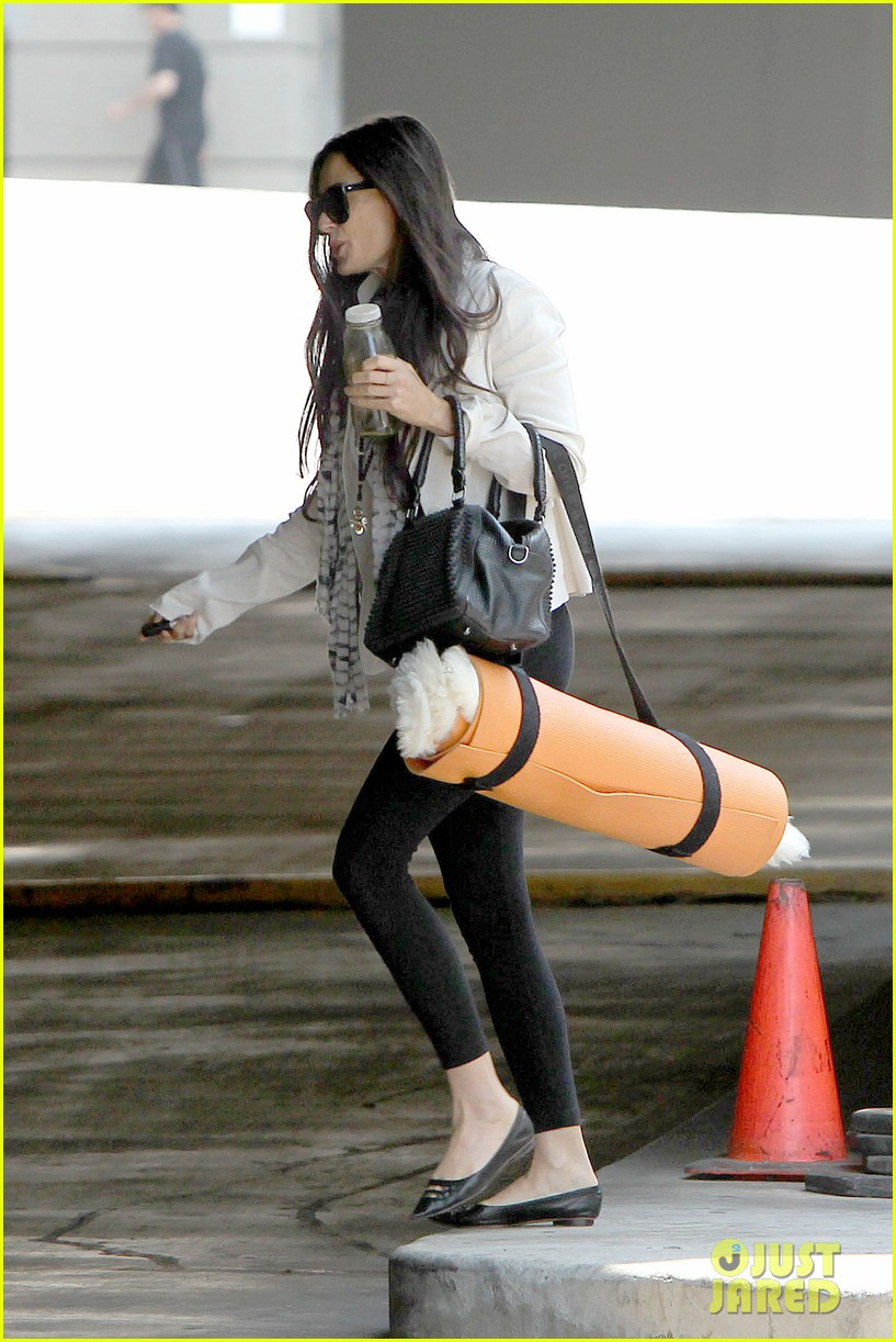demi moore works it out at yoga 22