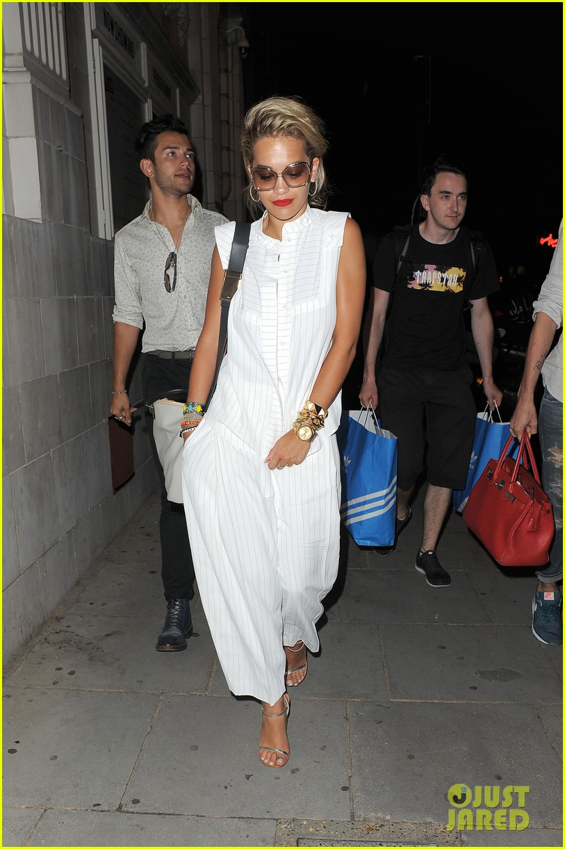 rita ora family dinner after barcelona trip 02