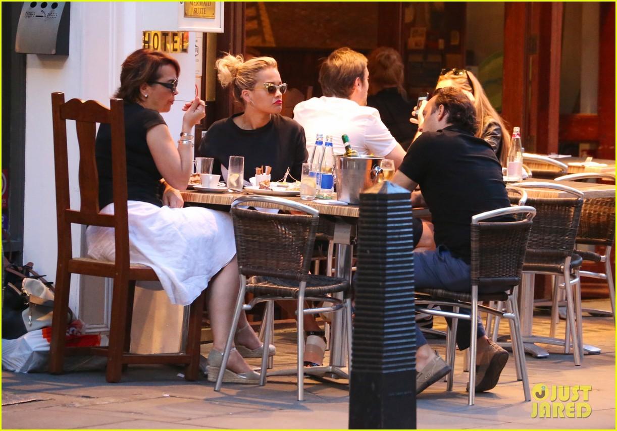 rita ora family dinner after barcelona trip 052917001