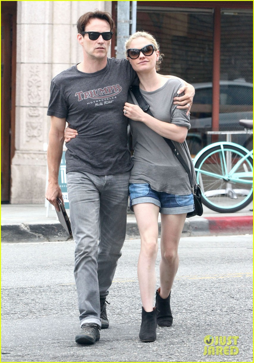 anna paquin stephen moyer cuddle close in venice beach 152919089