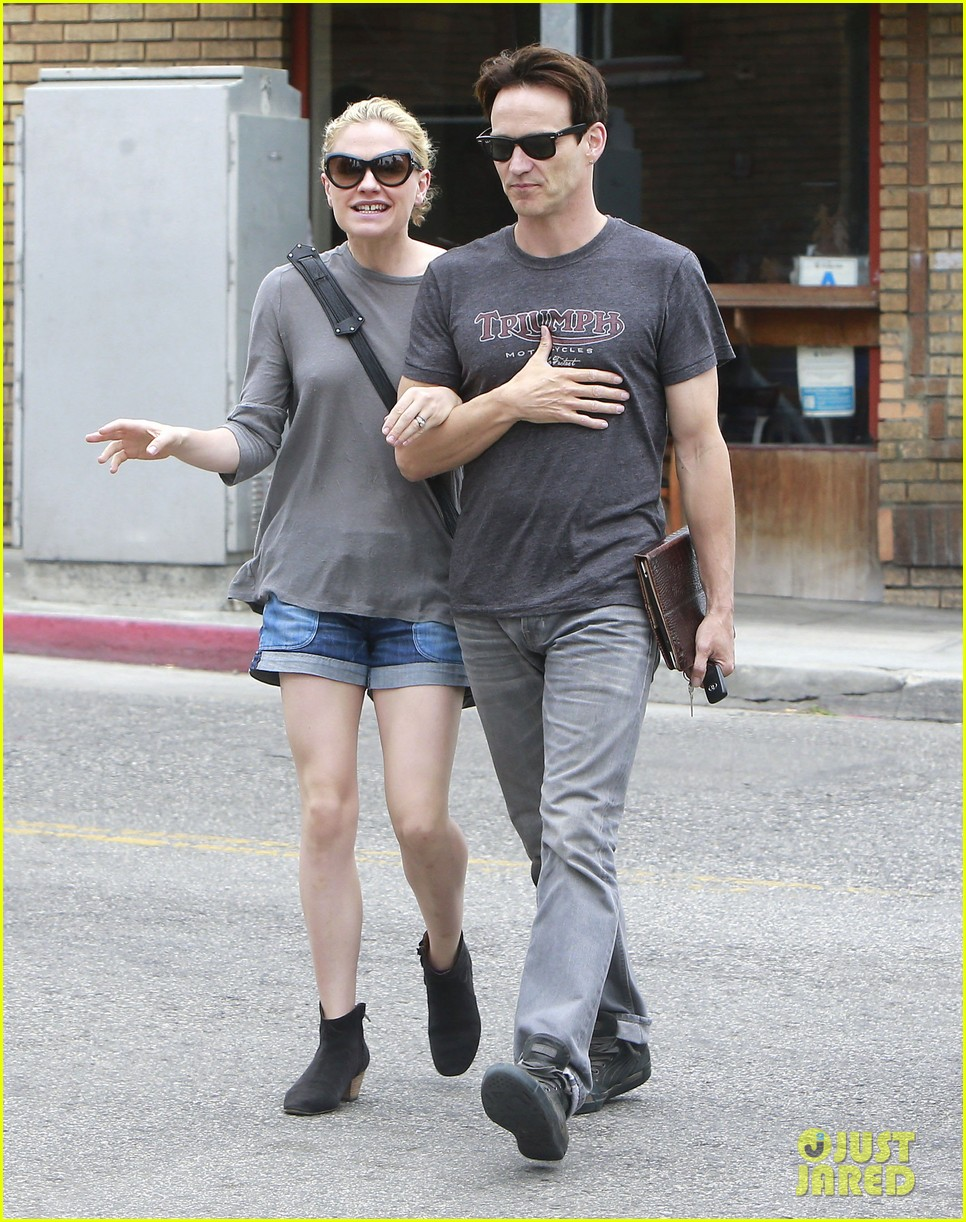 anna paquin stephen moyer cuddle close in venice beach 212919095