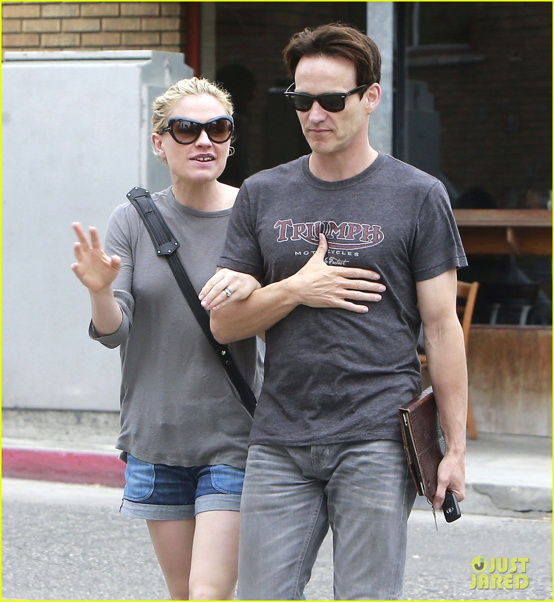 anna paquin stephen moyer cuddle close in venice beach 222919096
