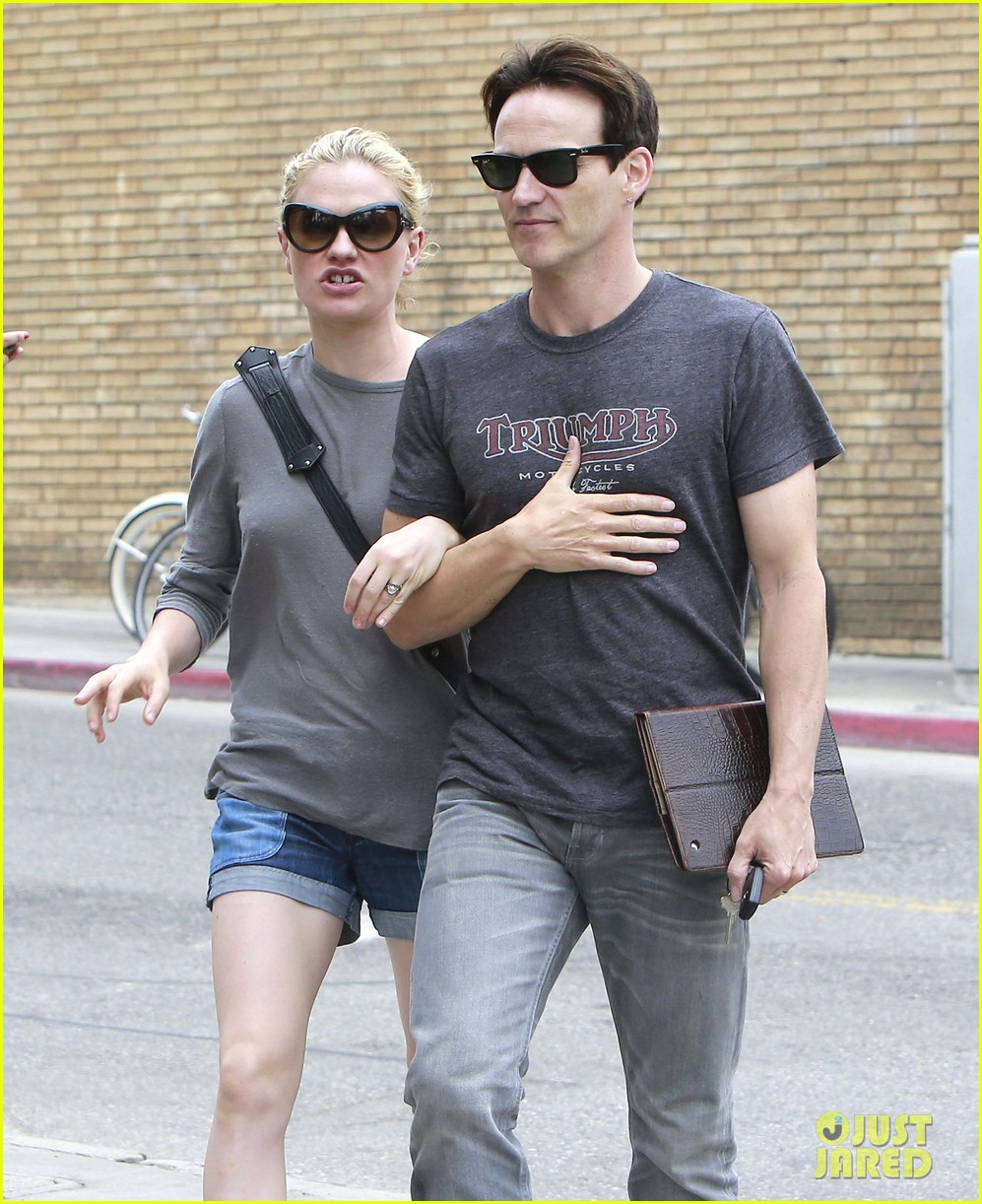 anna paquin stephen moyer cuddle close in venice beach 25