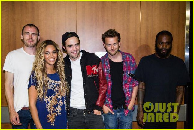 robert pattinson beyonce snap picture after her concert 022915098
