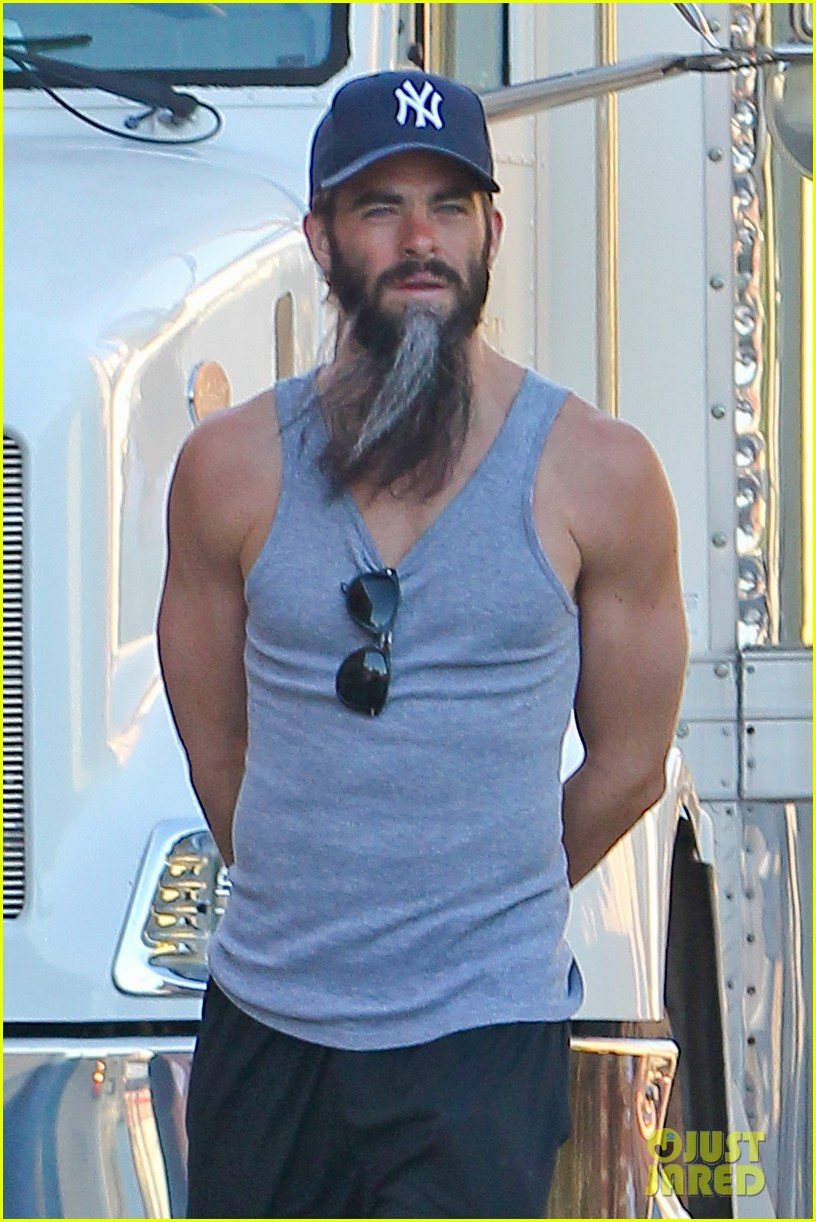 chris pine sports bushy long beard for stretch 04