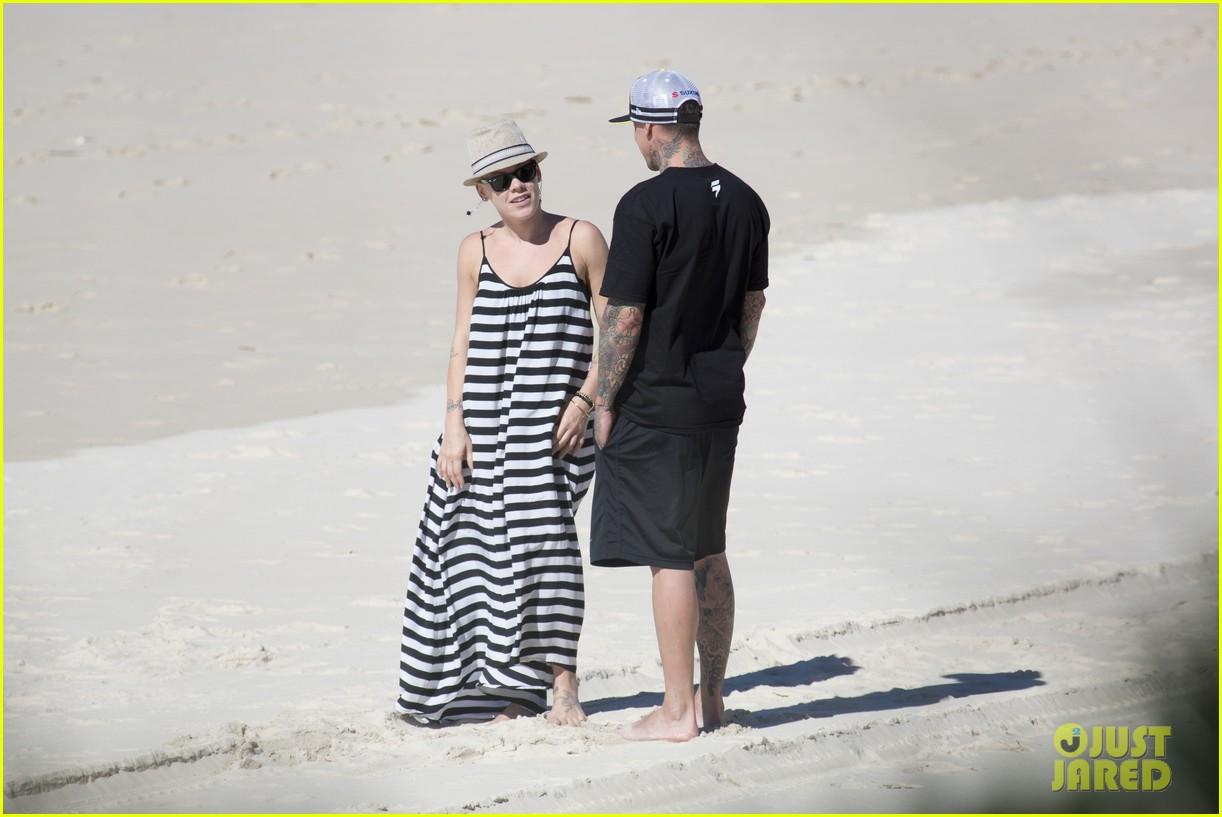 pink carey hart hug kiss on the beach 052916696