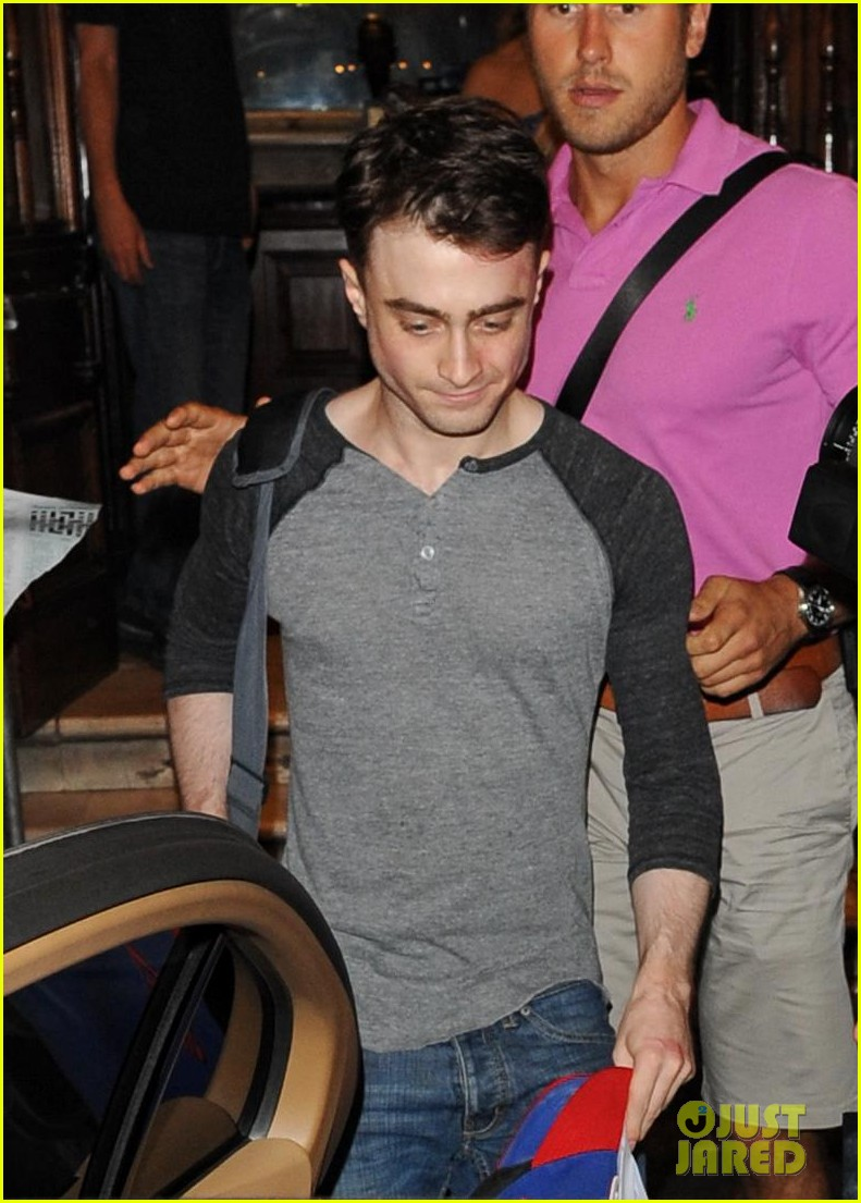 daniel radcliffe celebrates 24th birthday with inishman performance 022915761