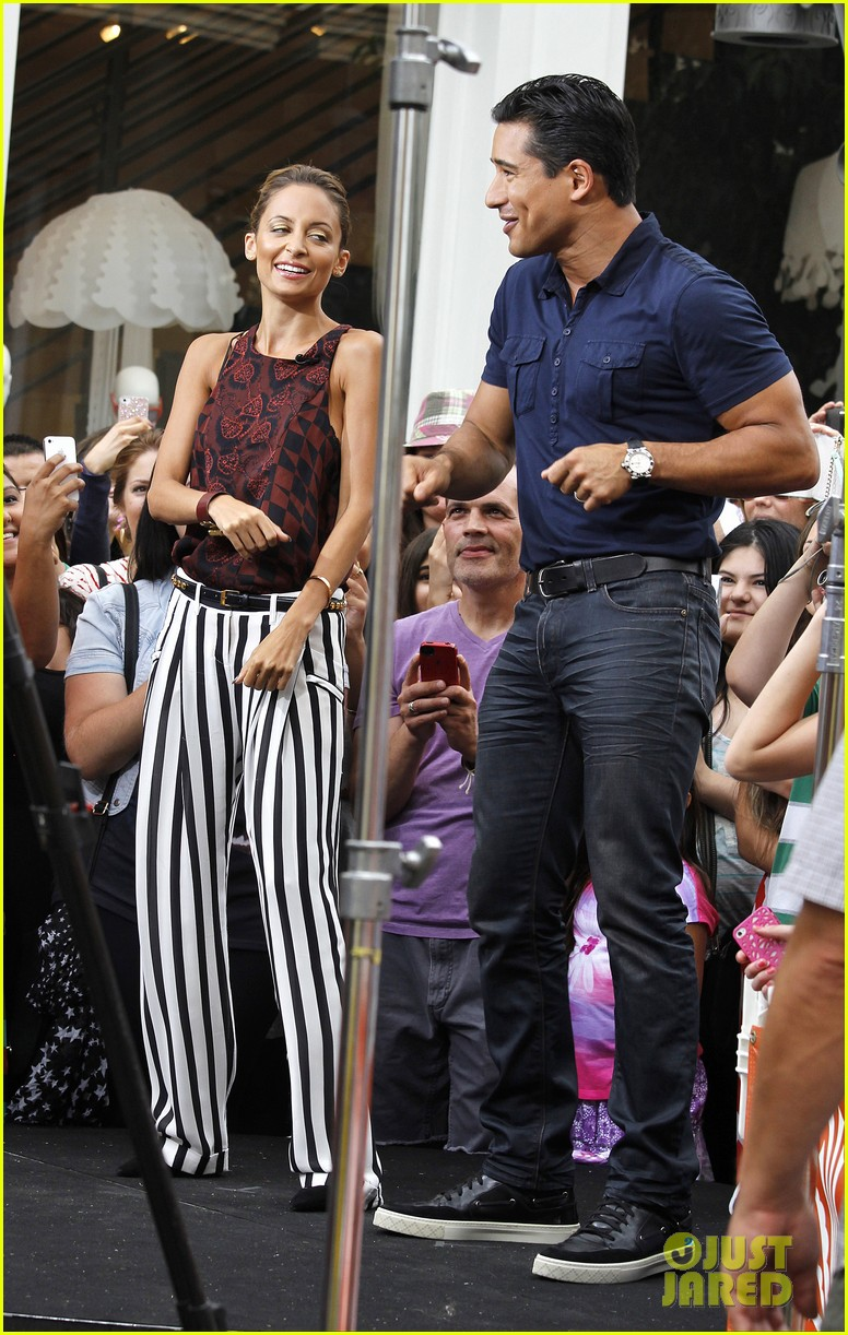nicole richie dances with mario lopez on extra 082907915