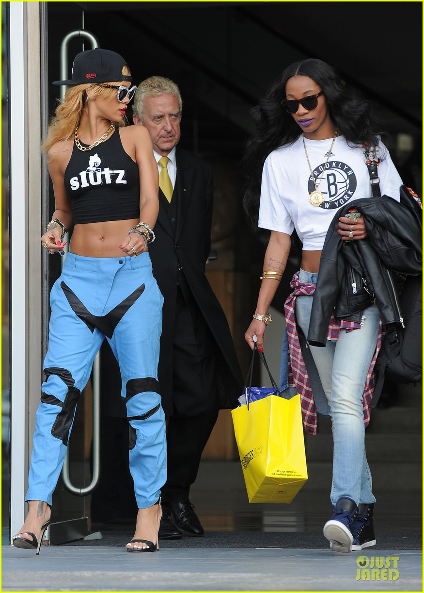 rihanna abs flashing before manchester performance 082910407