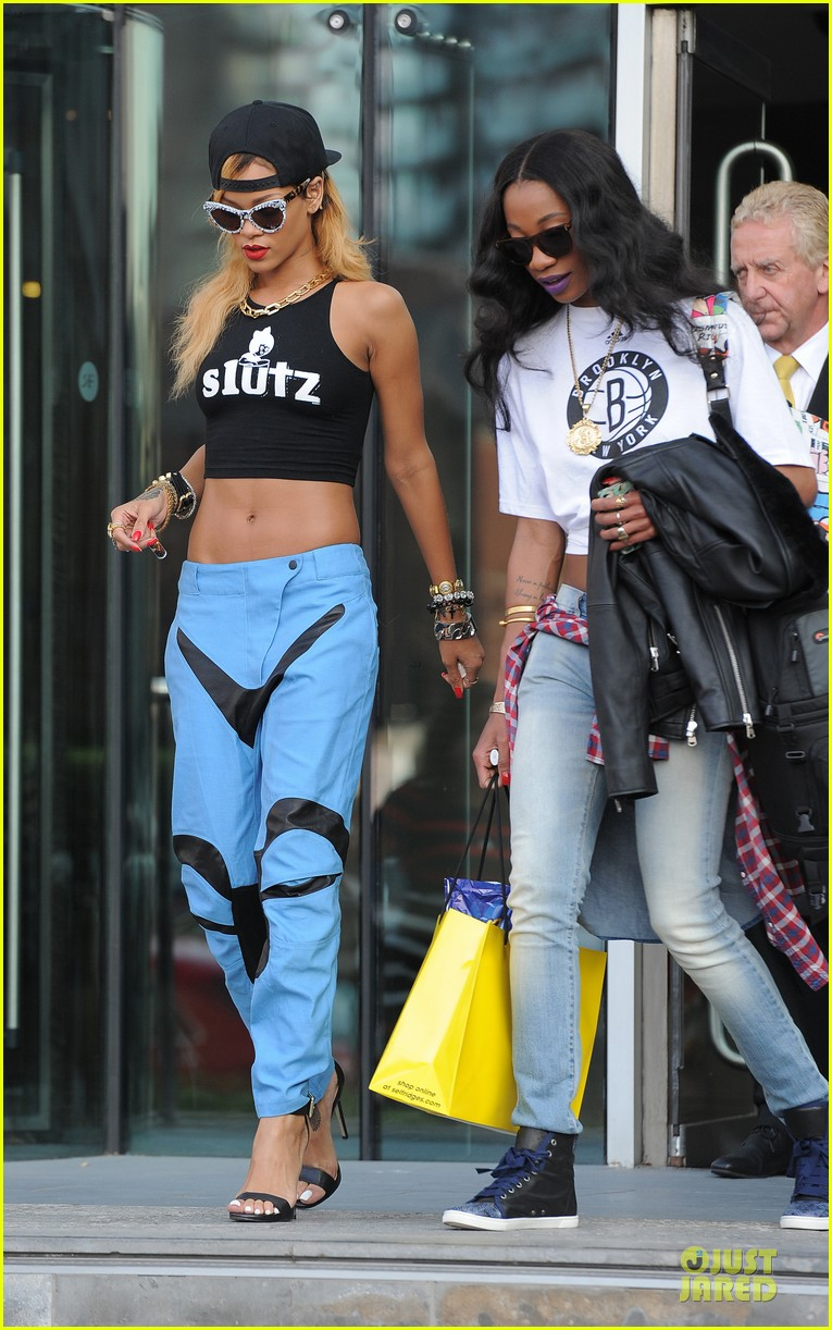 rihanna abs flashing before manchester performance 112910410