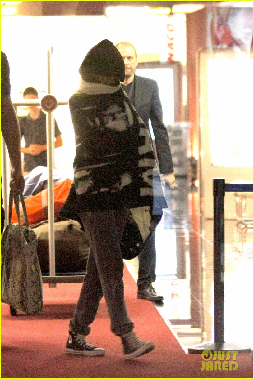 rihanna covers up while arriving in nice for diamonds tour 032907270