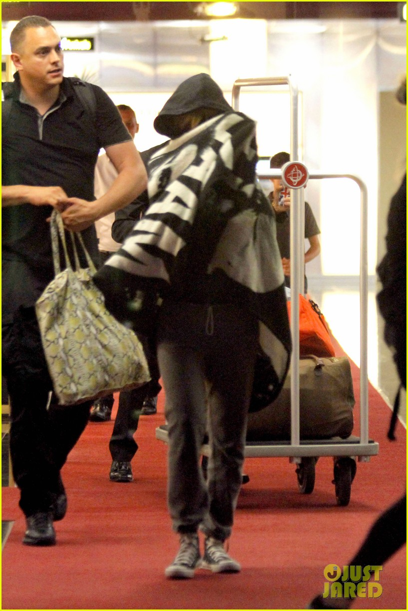 rihanna covers up while arriving in nice for diamonds tour 062907273