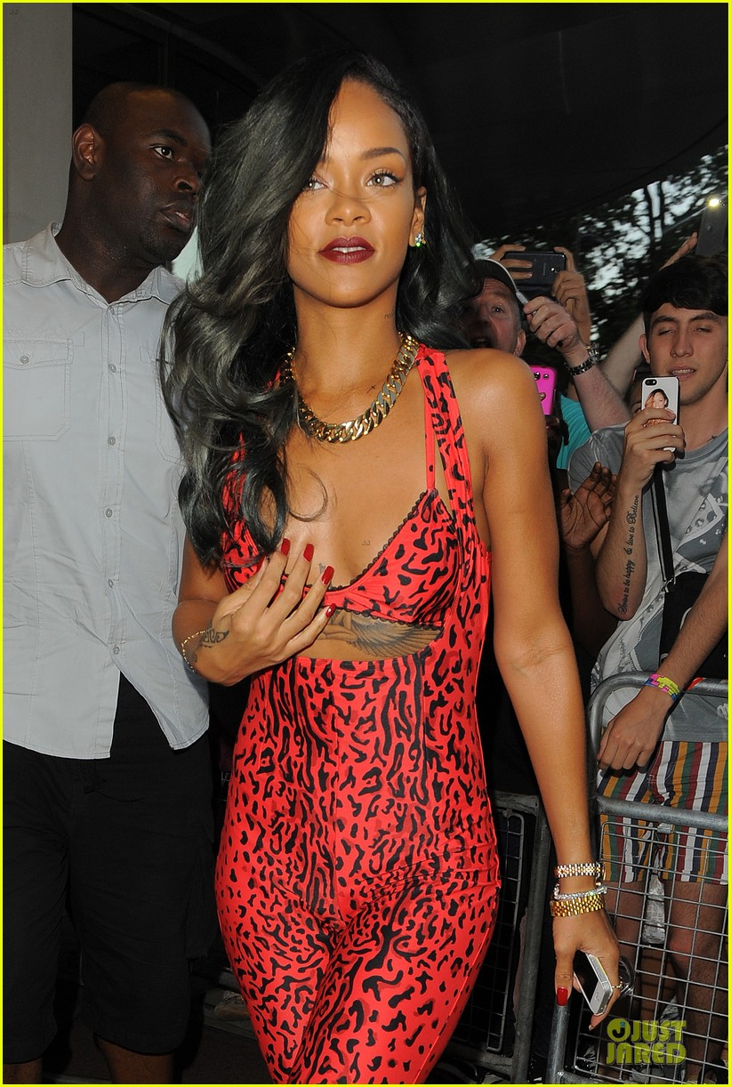 rihanna sues topshop for 5 million 092912472