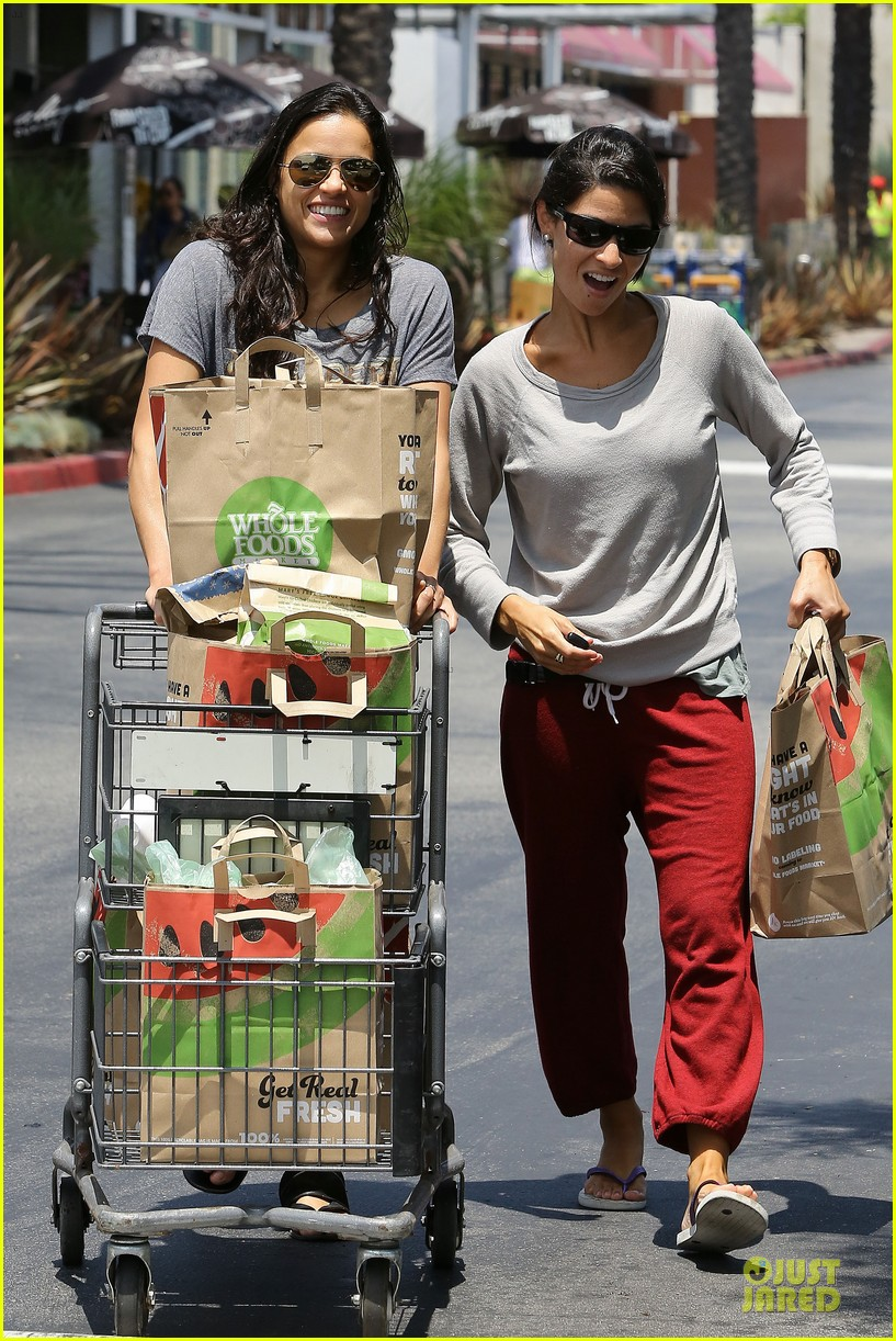 michelle rodriguez grocery shopping with gal pal kim 01