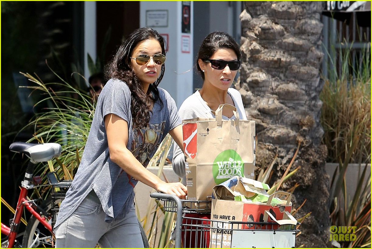 michelle rodriguez grocery shopping with gal pal kim 022908911