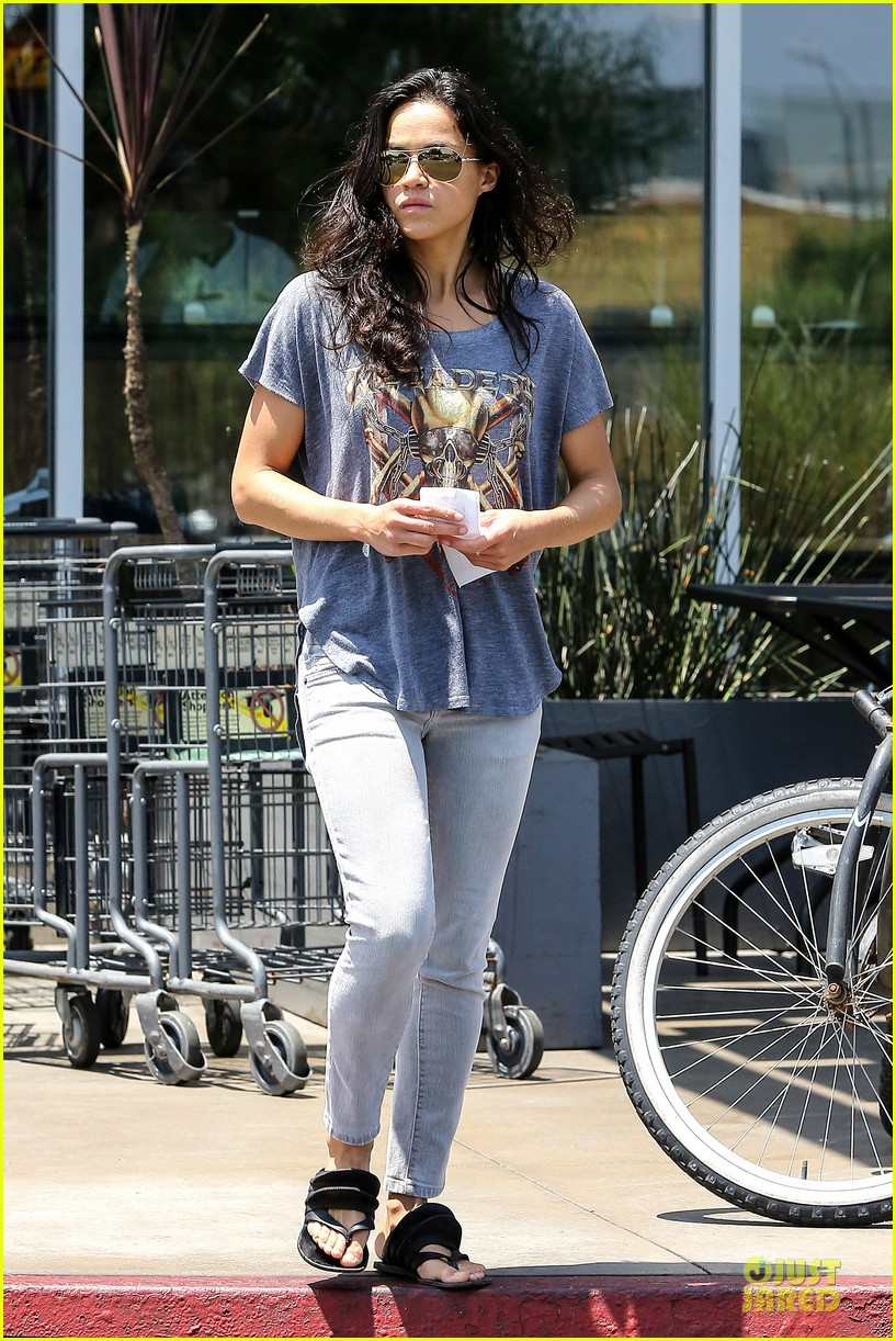 michelle rodriguez grocery shopping with gal pal kim 032908912