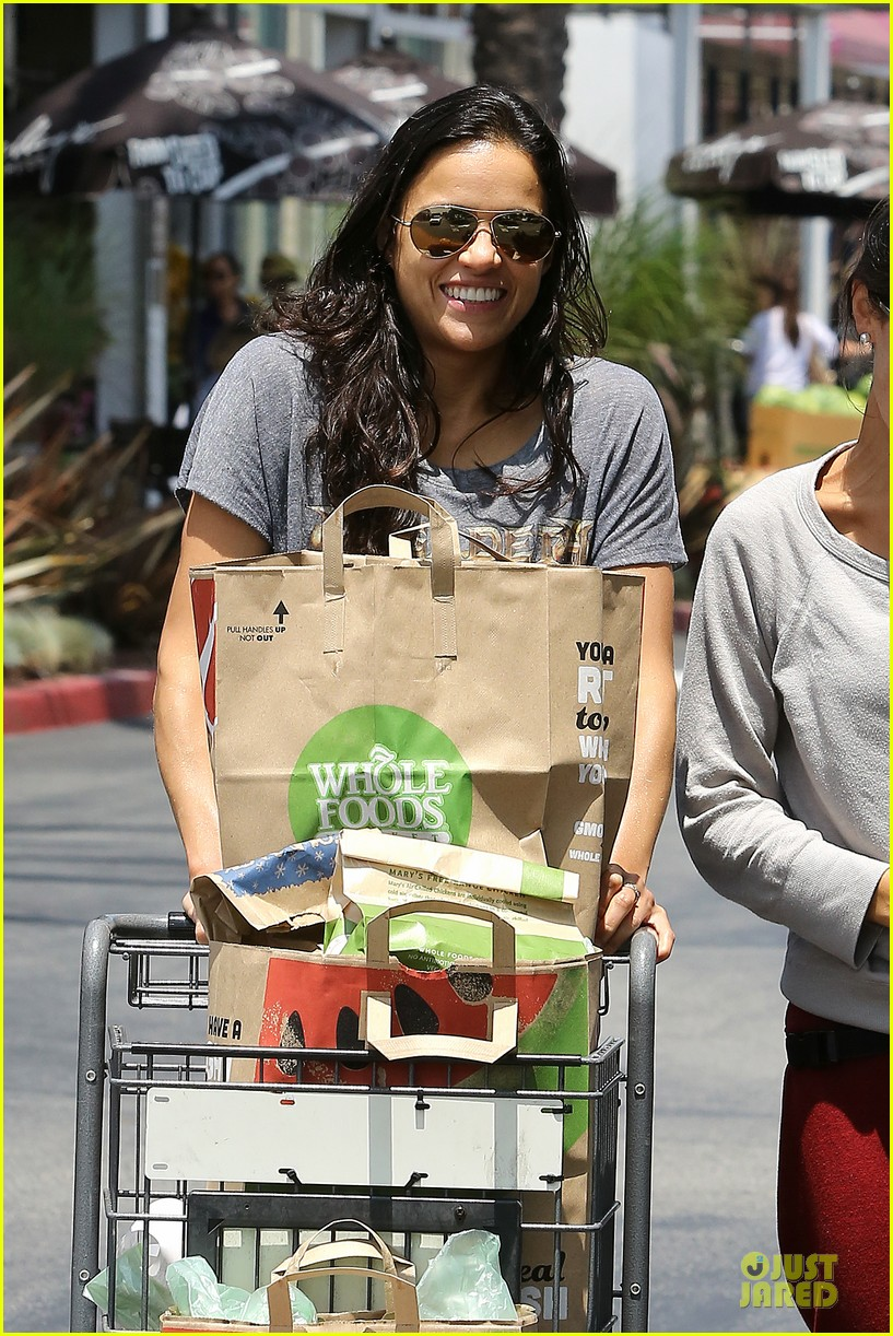 michelle rodriguez grocery shopping with gal pal kim 042908913