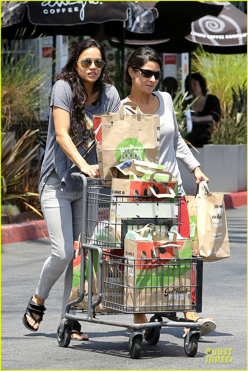 michelle rodriguez grocery shopping with gal pal kim 052908914