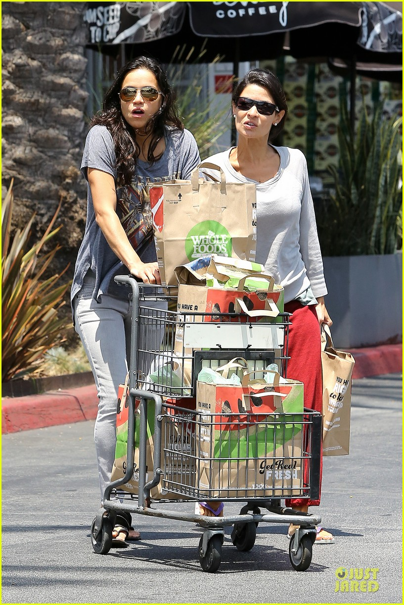 michelle rodriguez grocery shopping with gal pal kim 062908915