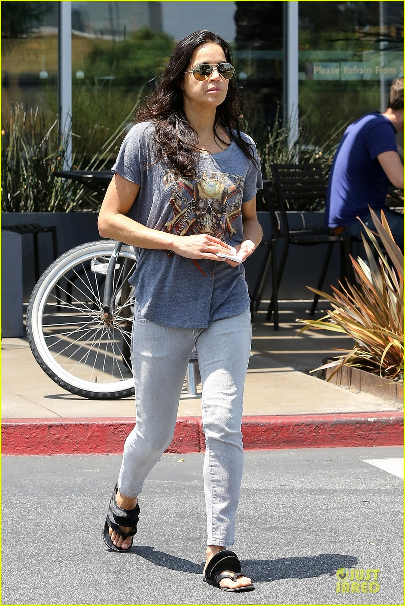 michelle rodriguez grocery shopping with gal pal kim 122908921