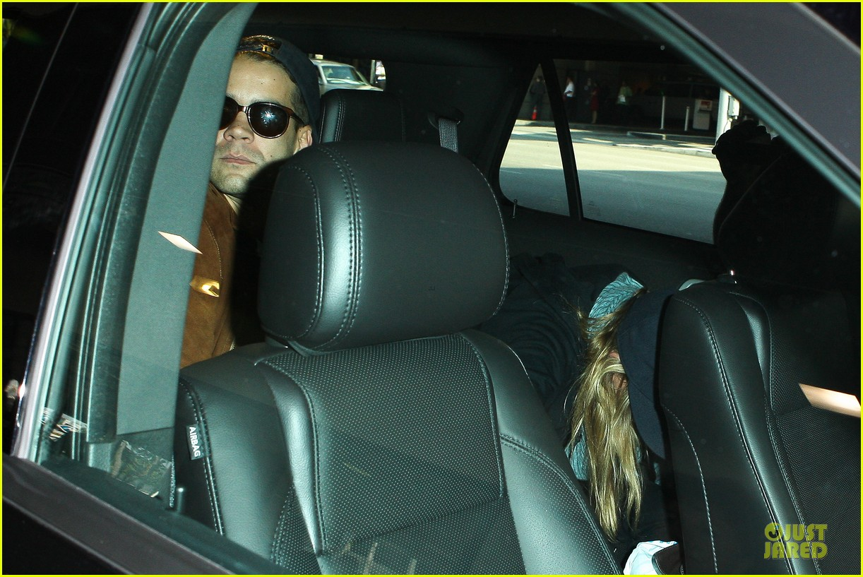 scarlett johansson romain dauriac backseat couple at lax 102902273