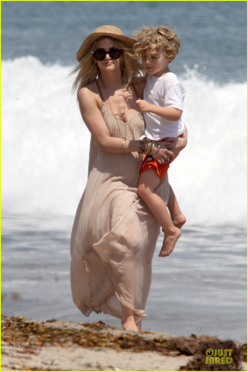 ashlee simpson beach stroll after sister jessica birth news 012901613