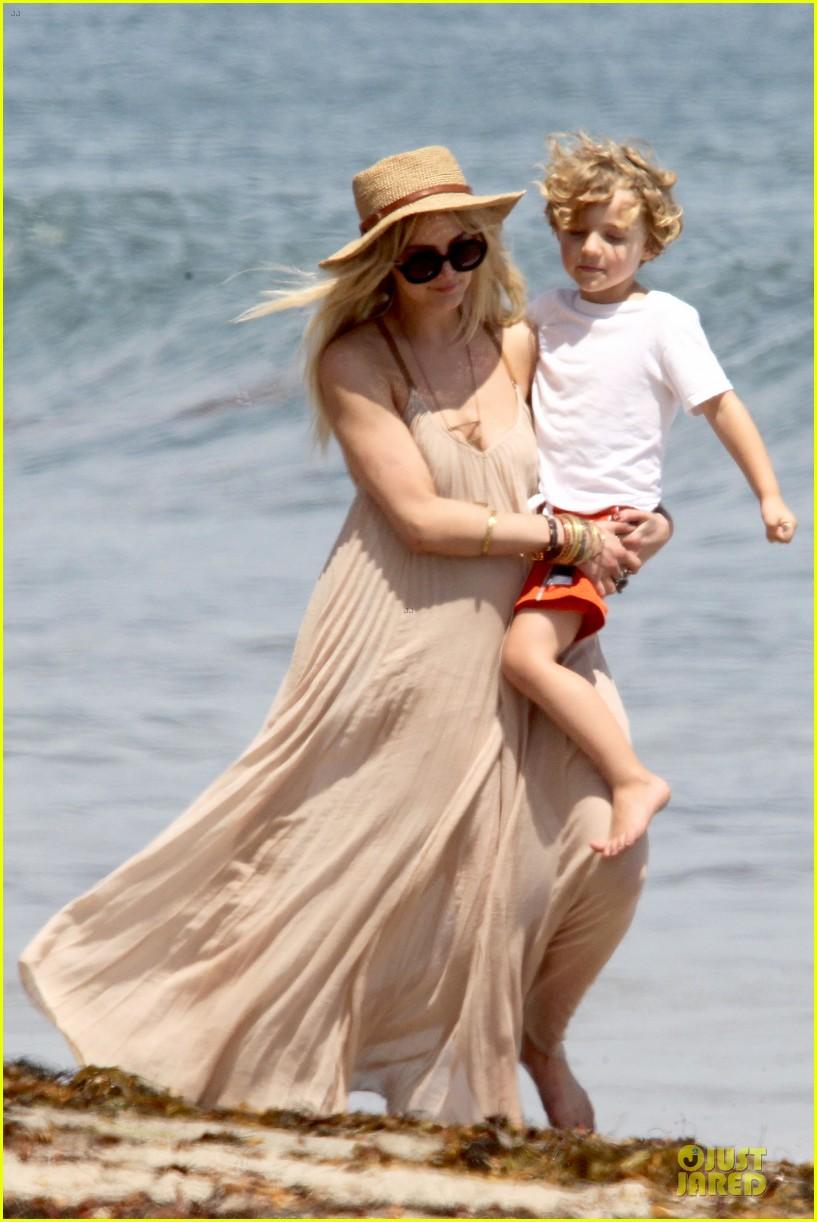 ashlee simpson beach stroll after sister jessica birth news 022901614