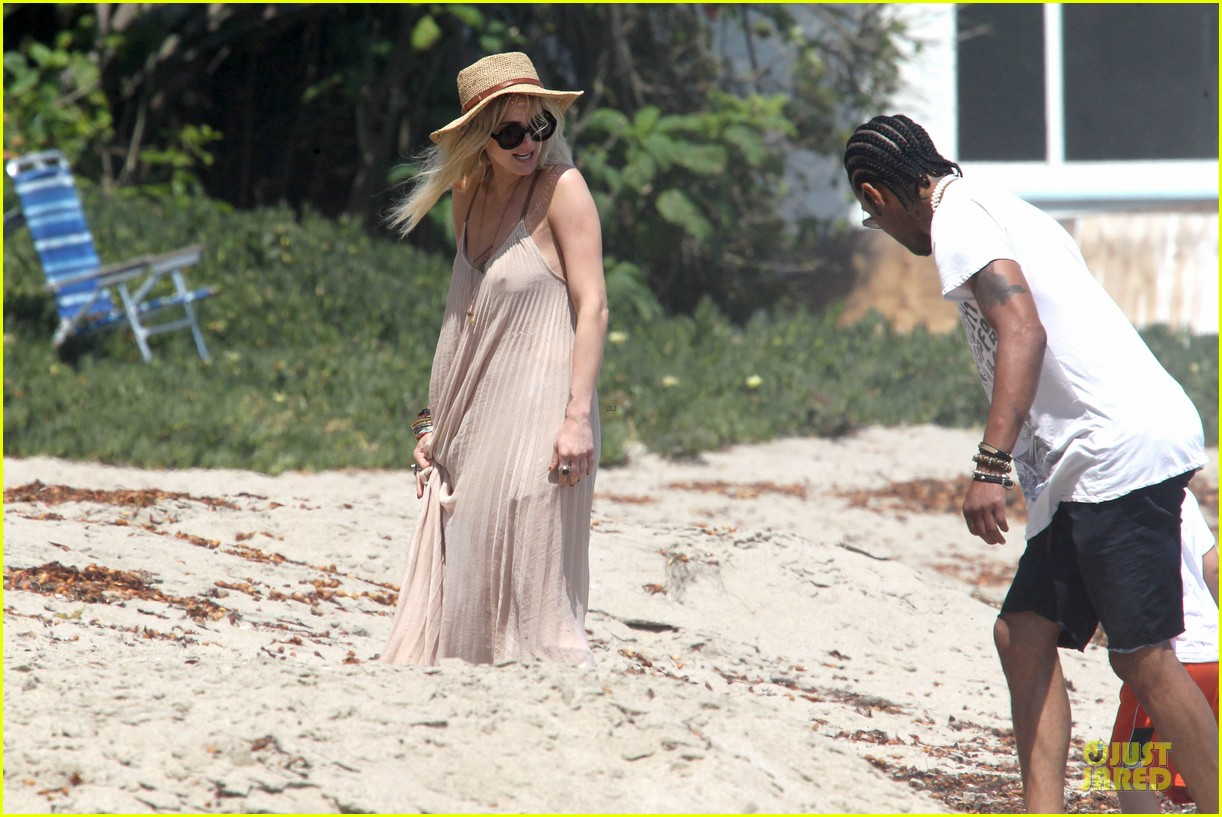 ashlee simpson beach stroll after sister jessica birth news 03