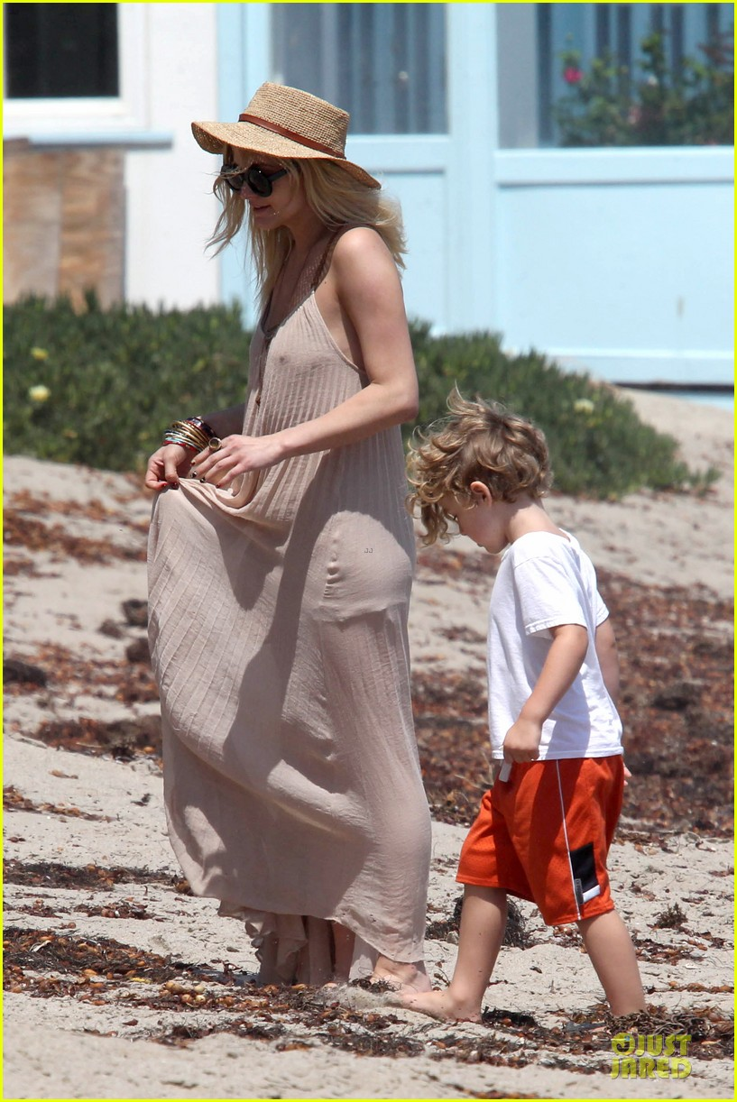 ashlee simpson beach stroll after sister jessica birth news 052901617