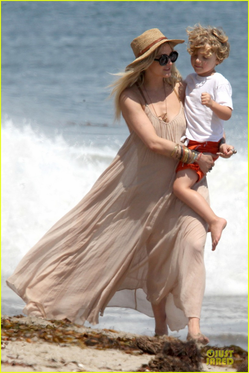 ashlee simpson beach stroll after sister jessica birth news 092901621