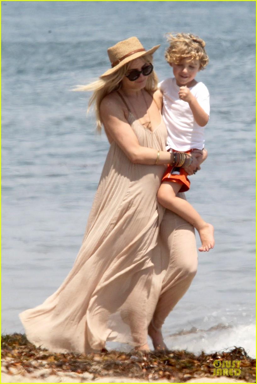 ashlee simpson beach stroll after sister jessica birth news 112901623
