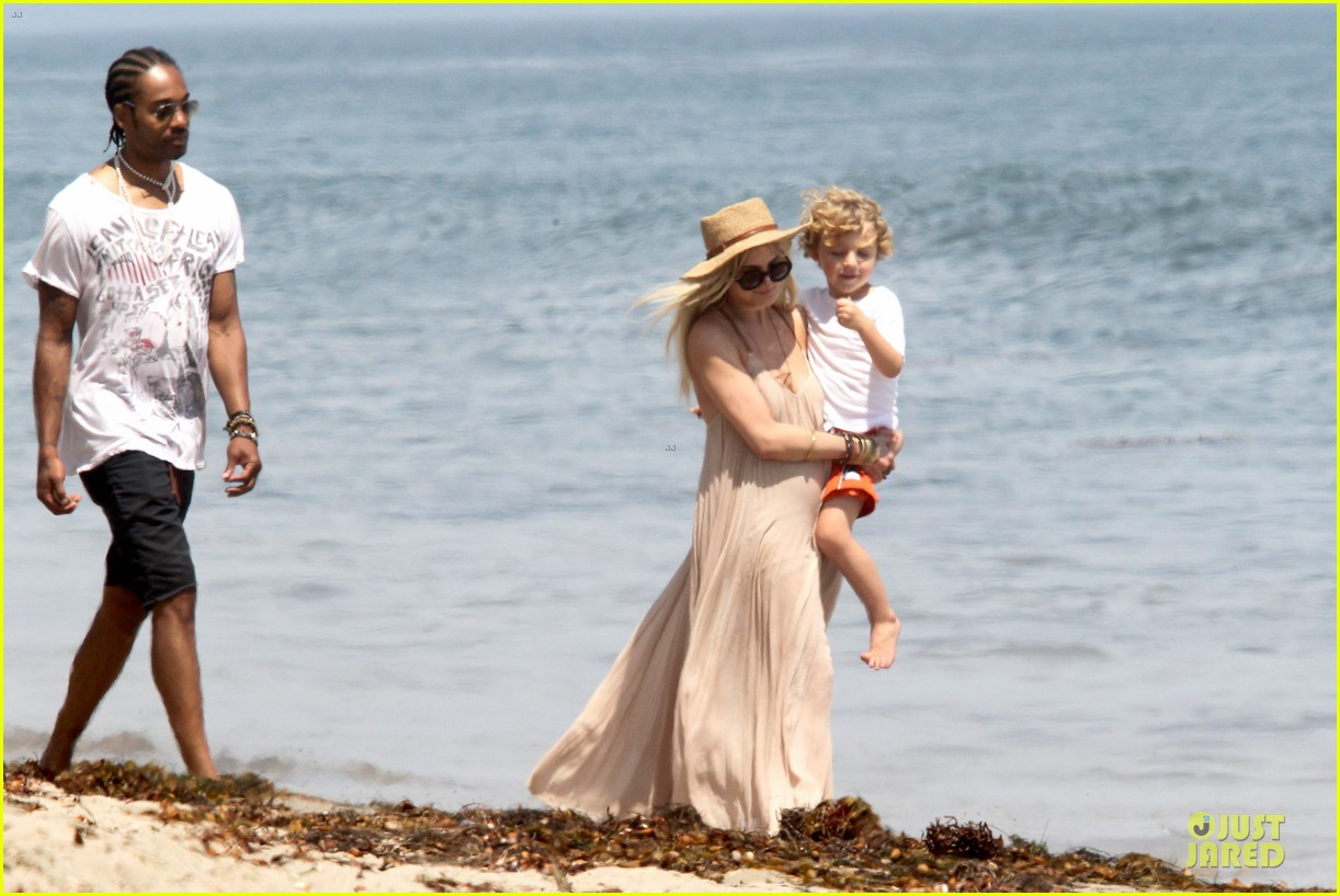 ashlee simpson beach stroll after sister jessica birth news 122901624