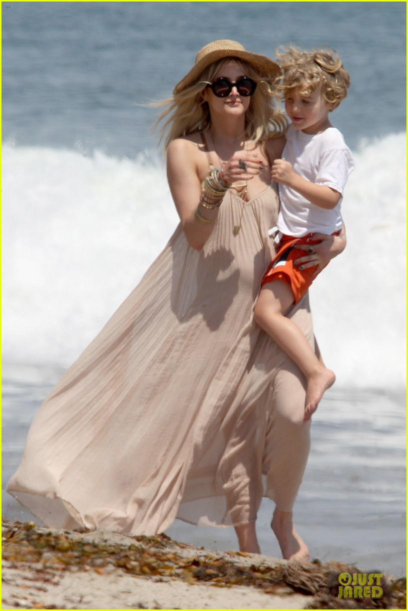 ashlee simpson beach stroll after sister jessica birth news 132901625