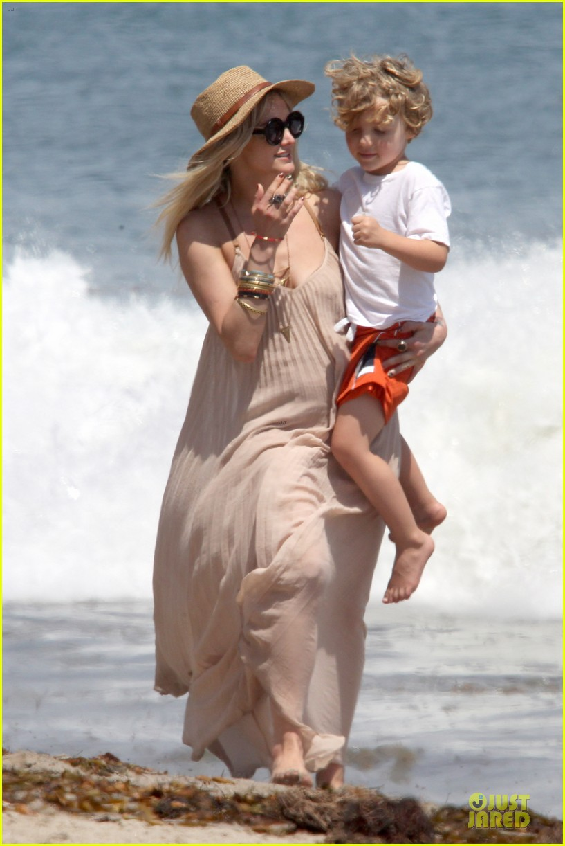 ashlee simpson beach stroll after sister jessica birth news 14