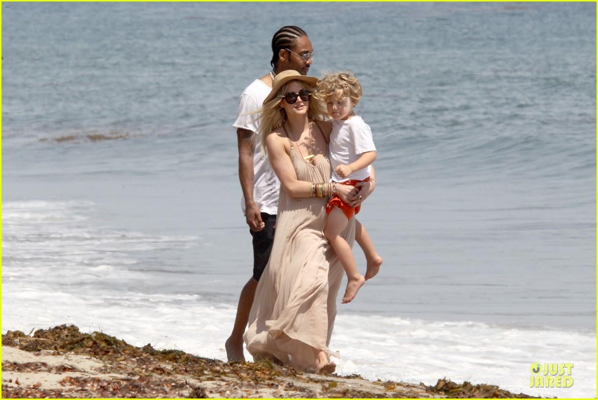 ashlee simpson beach stroll after sister jessica birth news 162901628