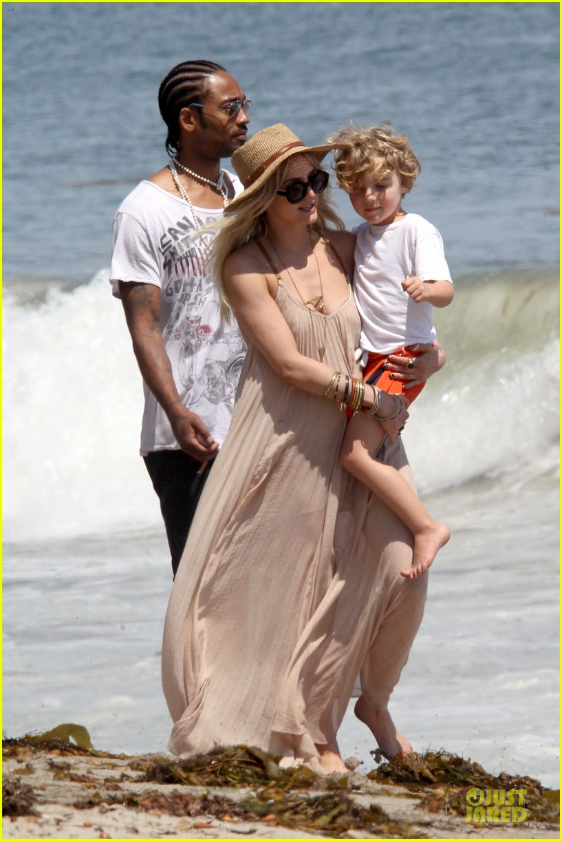 ashlee simpson beach stroll after sister jessica birth news 17