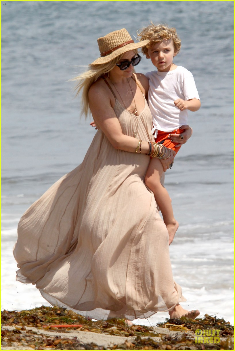 ashlee simpson beach stroll after sister jessica birth news 192901631