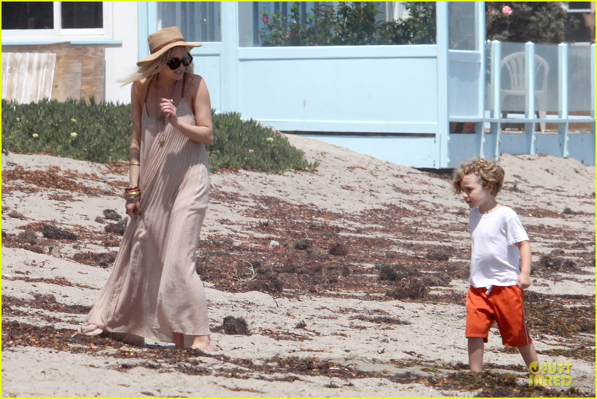 ashlee simpson beach stroll after sister jessica birth news 212901633